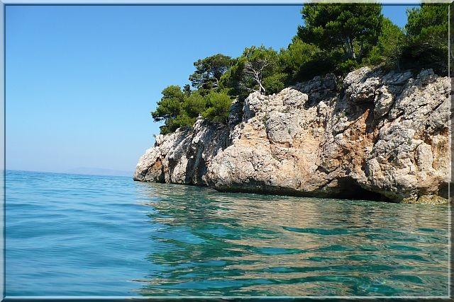 Scenérie pobřeží jadranu na makarské riviéře. (živogošče